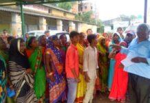 राहत सामग्री नहीं मिलने से नाराज बाढ़ पीड़ितों का अंचल कार्यालय पर हंगामा